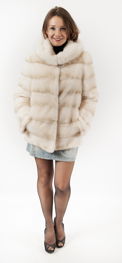 <p>Арт. 549. Куртка &nbsp;с капюшоном из скандинавской норки. Цена <s>97 000</s>руб./65 000 руб.</p>